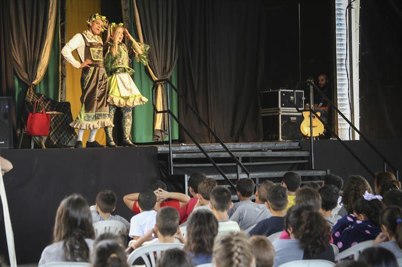 Apresentação de teatro conexão cultural no pátio da rua da cidadania Cajurú. Curitiba, 14/05/2019. Foto: Luiz Costa /SMCS