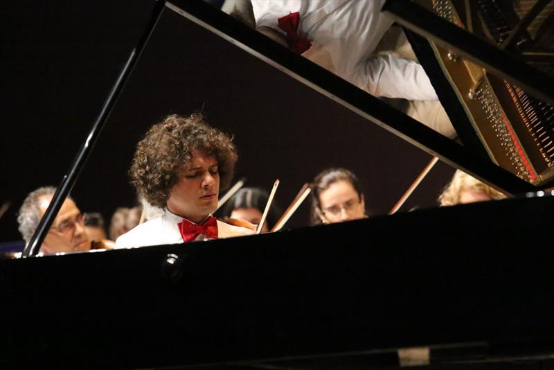 Semana tem concertos do coro e da orquestra da Camerata Antiqua.  - Na imagem, o Pianista Fábio Martino. Foto: Divulgação
