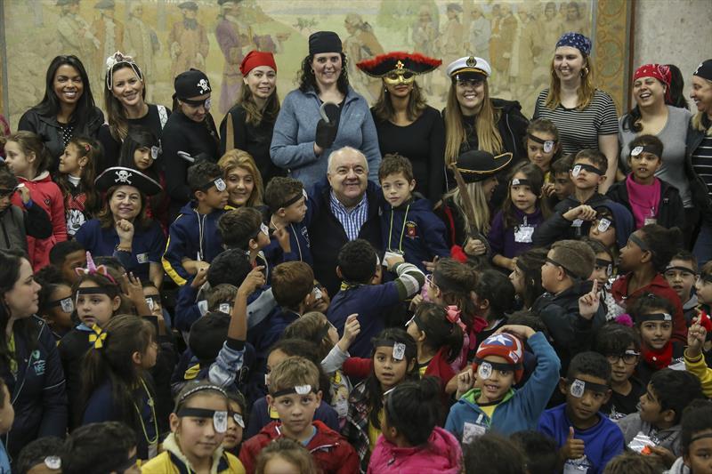 O prefeito Rafael Greca recebe visita de crianças das escolas municipais de curitiba, do projeto Linhas do Conhecimento. Curitiba, 17/05/2019. Foto: Luiz Costa /SMCS.