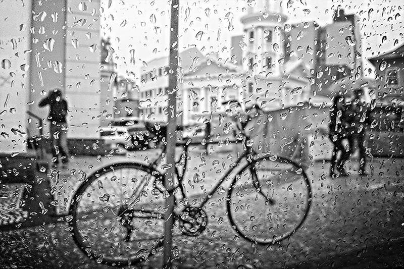 Bicicleta em domingo chuvoso no Largo da Ordem. Foto: Daniel Castellano