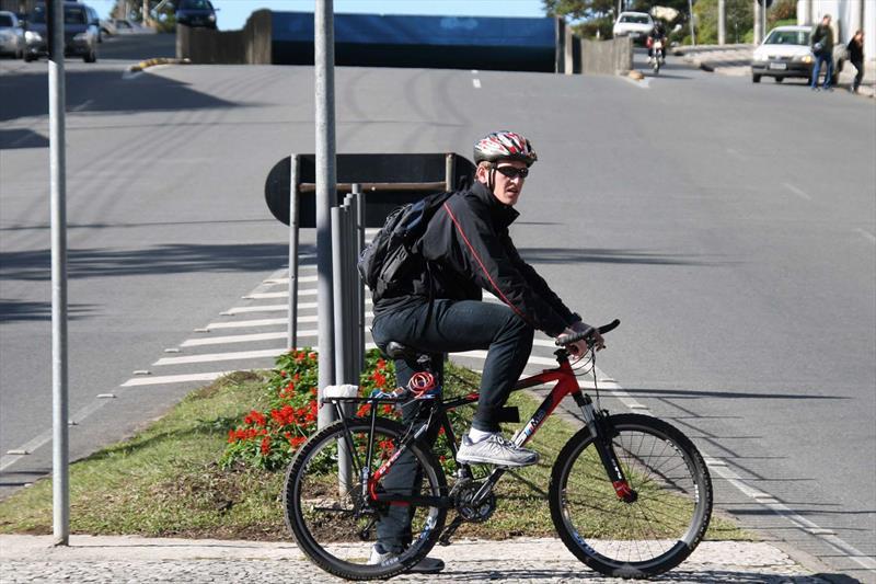 Ciclista na Av. Visconde de Guarapuava, no Centro. Foto: Lucilia Guimarães/SMCS