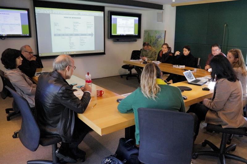 Técnicos do Ippuc e da Secretaria Municipal de Finanças (SMF), recebem a especialista em transporte do BID, Karisa Ribeiro. Foto: Divulgação