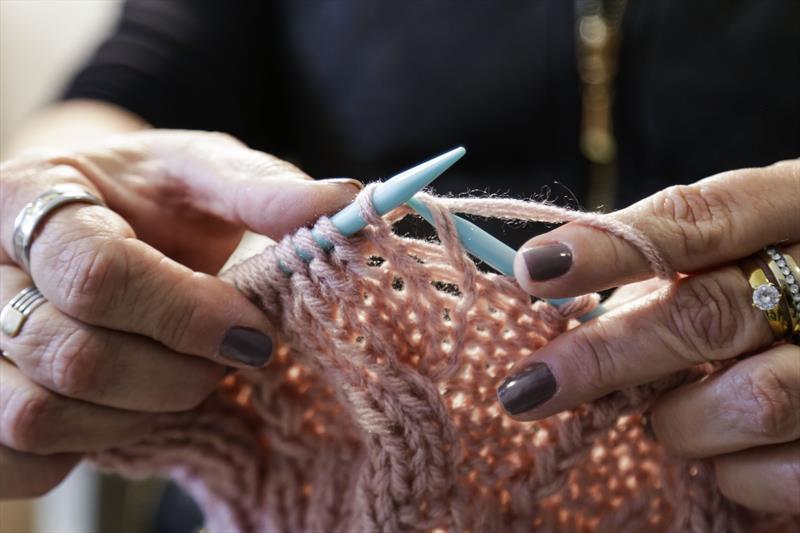 Gracie Bollmann, produz gorros e golas de lã em tricô, que serão vendidos na Feira de Inverno. Curitiba, 06/06/2019. Foto: Pedro Ribas/SMCS
