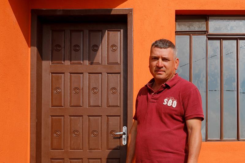 Famílias que vivem nas margens do rio Atuba, no Cajuru, estão recebendo novas casa no Moradias Acrópole. -  Na imagem Roberto Domanski. Curitiba, 11/06/2019. Foto: Rafael Silva