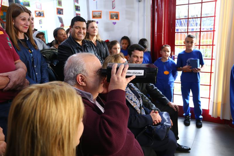 A comunidade do Sítio Cercado recebeu, nesta terça-feira (11/6), o 19º Farol do Saber e Inovação de Curitiba e o terceiro da Regional Bairro Novo. O farol Senador Accioly Filho, junto à Escola Municipal Professora Augusta Glück Ribas, foi reformado e ganhou uma oficina de criatividade, com impressora 3D. Na imagem Prefeito Rafael Greca presente no evento de reinauguração - Curitiba, 11/06/2019 - Foto: Daniel Castellano / SMCS