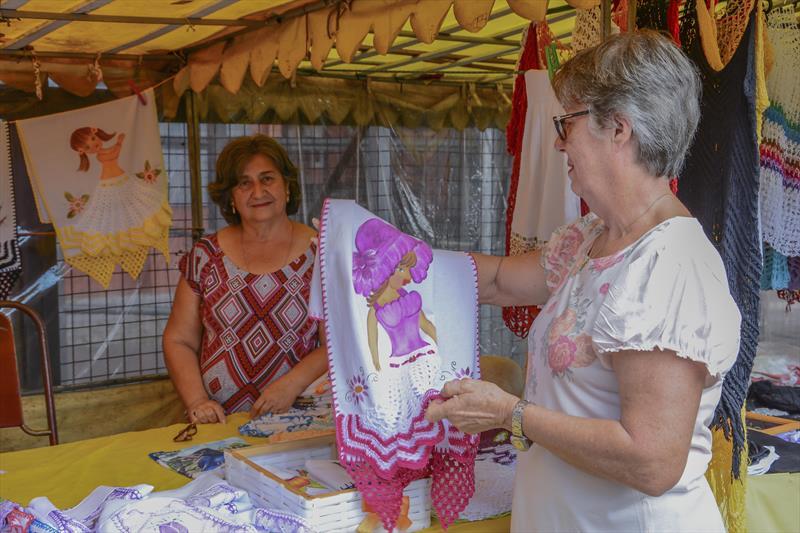 Feira de artesanato no Terminal do Carmo.   - Na imagem, a artesã Salete Delavie, Lilia Maria Hitner, 71 anos.   Curitiba, 22/05/2019. Foto: Levy Ferreira/SMCS