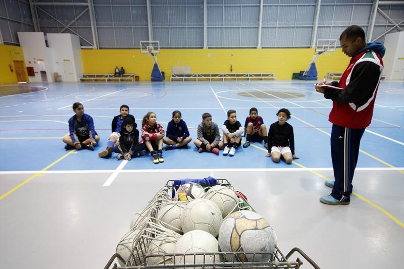 Futsal no Parque dos Peladeiros.   - Na imagem, professor Luiz Fernando de Alcãntara de Araújo e alunos do futsal. Curitiba, 11/06/2019. Foto: Lucilia Guimarães/SMCS