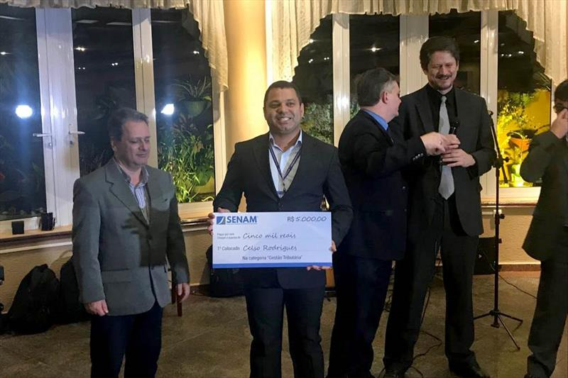 O auditor fiscal Celso da Costa Rodrigues, da secretaria municipal de Finanças, recebeu, durante o evento, o prêmio de gestão tributária. Foto: Divulgação