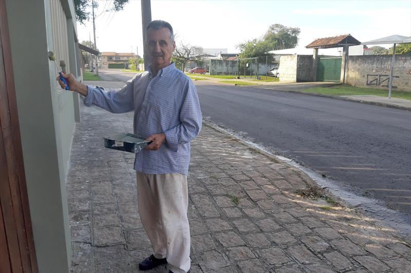 Novo asfalto melhora vida de moradores de ruas de Santa Felicidade.  - Na imagem, o aposentado Ângelo Francisco Gardini. Foto: Divulgação
