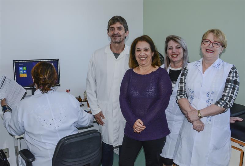 De paciente à voluntária na Unidade de Saúde.   - Na imagem, Rosilda de Fátima do Espírito Santo, 60 anos com a equipe da unidade.  Curitiba, 17/06/2019. Foto: Levy Ferreira/SMCS