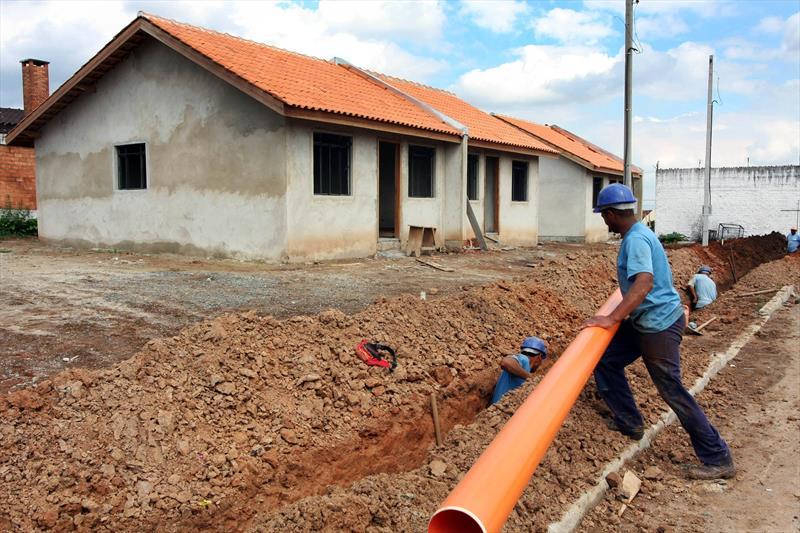 Curitiba lidera ranking nacional de saneamento entre as capitais. -Na imagem, obras de saneamento em empreendimento da COHAB no bairro Parolin. Foto: Cesar Brustolin/SMCS (arquivo)