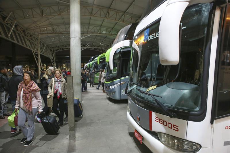 Neste feriado de Corpos Christi cerca de 25 mil passageiros deixarão a capital paranaense de ônibus. Foto:Cesar Brustolin/SMCS