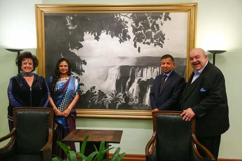 Prefeito Rafael Greca e Primeira Dama Margarita Sansone recebem a visita do embaixador de Bangladesh Zulfiqur Rahman, no Gabinete do Prefeito. - Curitiba, 19/06/2019 - Foto: Daniel Castellano / SMCS