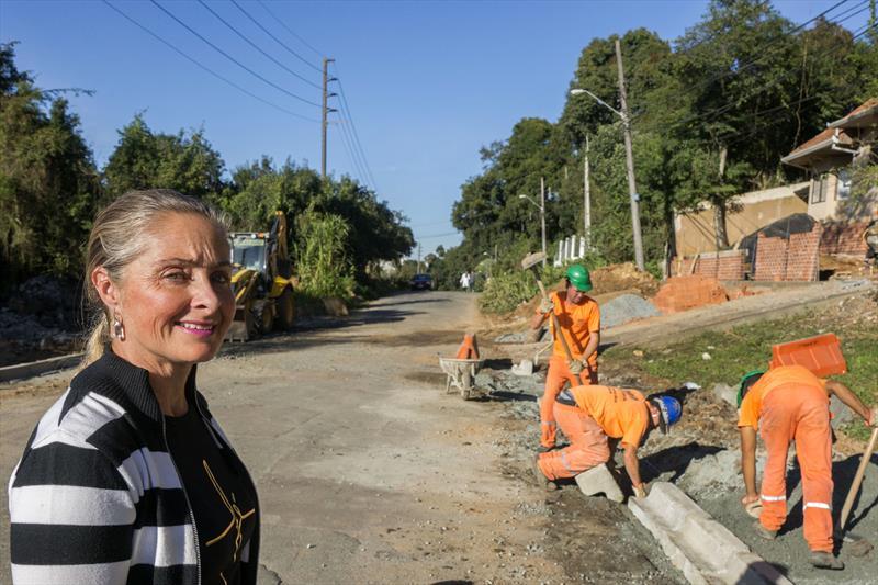 Obra de drenagem na Rua Arthur Leinig no Vista Alegre.   - Na imagem, Cristiane Sokorski. Curitiba, 25/06/2019. Foto: Valdecir Galor/SMCS