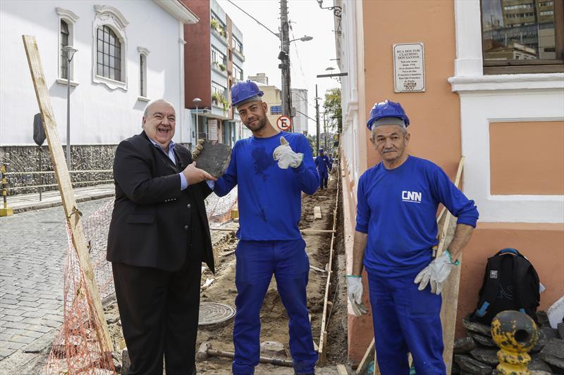Prefeito Rafael Greca, vistoria as obras de recuperação das calçadas do Centro Histórico, parte do programa Rosto da Cidade. Curitiba, 03/07/2019. Foto: Pedro Ribas/SMCS