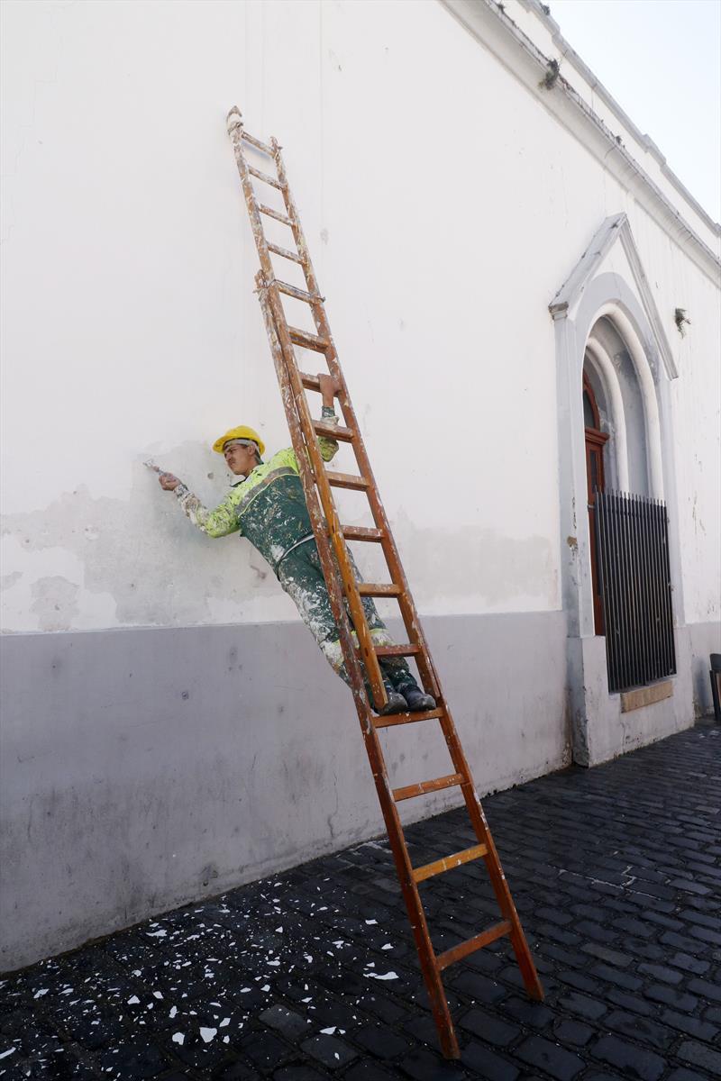A Igreja da Ordem Terceira de São Francisco das Chagas e da Penitência, conhecida Igreja da Ordem, no Largo da Ordem, começou a receber trabalhos de recuperação em sua fachada nesta semana.  Curitiba, 09/07/2019.  Foto: Lucilia Guimarães/SMCS