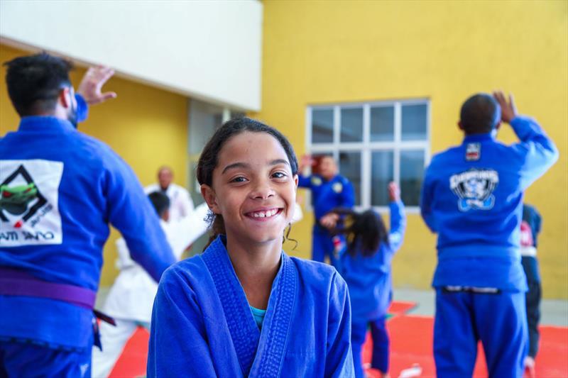 Aulas de Jiu Jitsu gratuitas para crianças na Rua da Cidadania do Cajuru, as atividades fazem parte do Festival de Férias. Na imagem Maria Júlia dos Santos, de 9 anos - Curitiba, 11/07/2019 - Foto: Daniel Castellano / SMCS