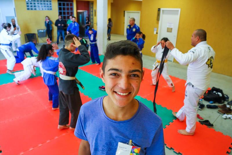 Aulas de Jiu Jitsu gratuitas para crianças na Rua da Cidadania do Cajuru, as atividades fazem parte do Festival de Férias. Na imagem Eduardo Vieira Geliet, de 15 anos - Curitiba, 11/07/2019 - Foto: Daniel Castellano / SMCS