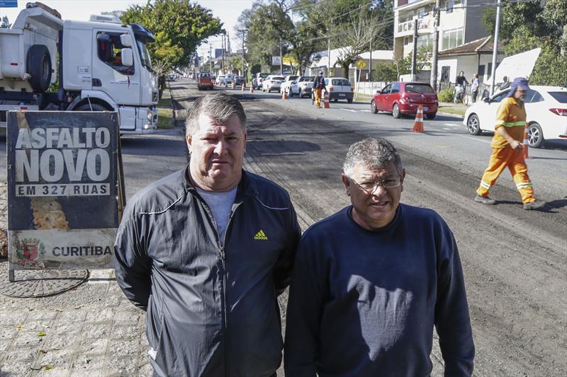 Obras de pavimentação da rua Professor Nilo Brandão, no São Lourenço. Roberto Zepechouka e Luiz Rogério Lima, moradores do bairro. Curitiba, 12/07/2019. Foto: Pedro Ribas/SMCS