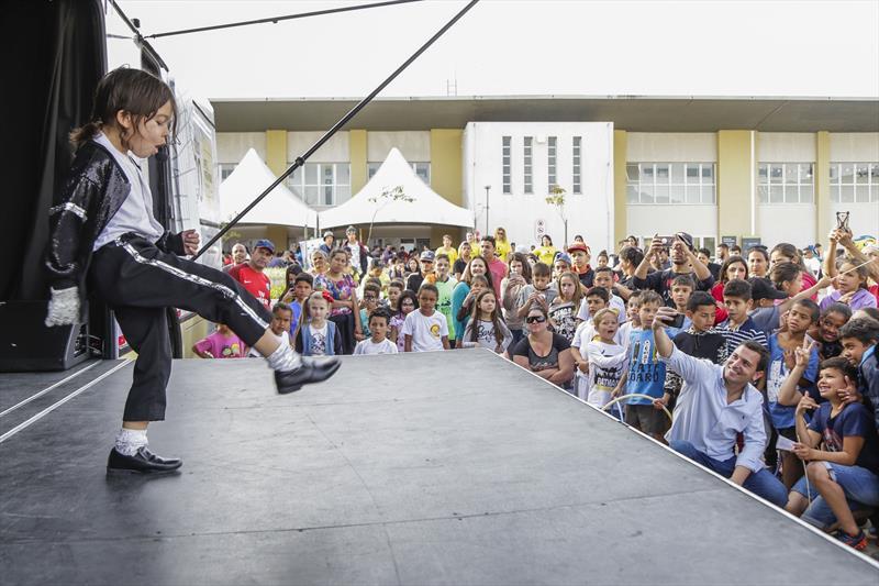 Danilo Jackson se apresenta no ônibus Palco, na terceira edição do Projeto de Interação Jovem 2.0, promovido pela Associação de Proteção à Infância Vovô Vitorino, na Regional Tatuquara. Curitiba, 13/07/2019. Foto: Pedro Ribas/SMCS
