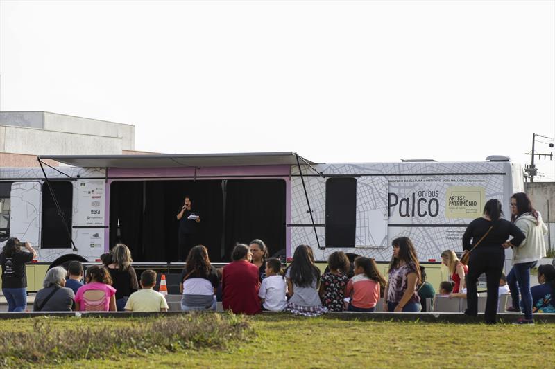 Ônibus Palco, na terceira edição do Projeto de Interação Jovem 2.0, promovido pela Associação de Proteção à Infância Vovô Vitorino, na Regional Tatuquara. Curitiba, 13/07/2019. Foto: Pedro Ribas/SMCS