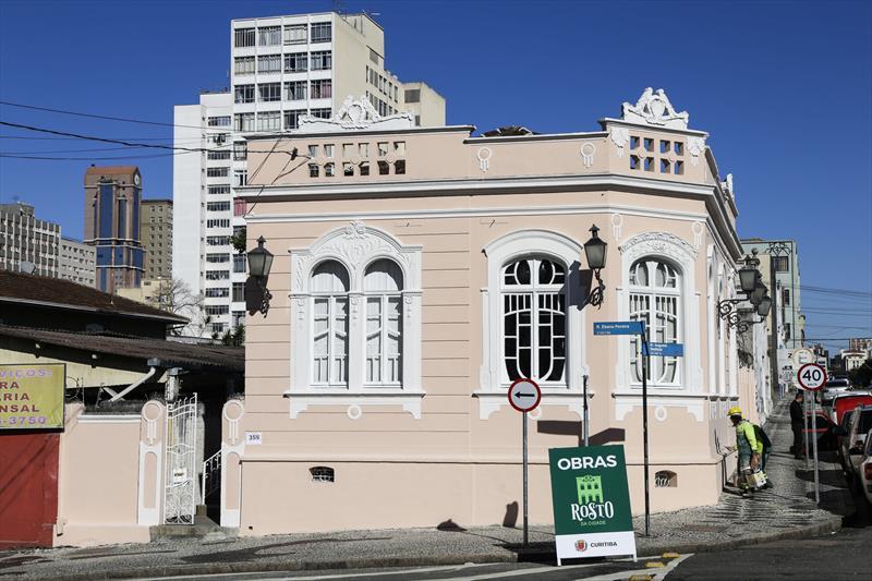 Pintura da Casa Muzzillo, que abriga o Instituto Cidadania e Voluntariado, e faz parte do programa Rosto da Cidade. Curitiba, 16/07/2019. Foto: Pedro Ribas/SMCS