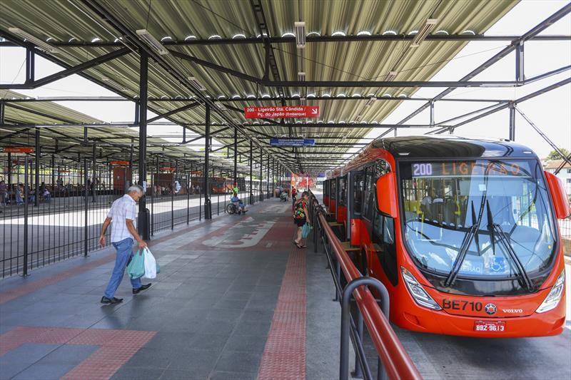Os usuários do sistema de transporte coletivo de Curitiba já podem comprar seus créditos por meio de aplicativos digitais.   - Na imagem, terminal de ônibus do Santa Cândida.  Foto: Daniel Castellano / SMCS