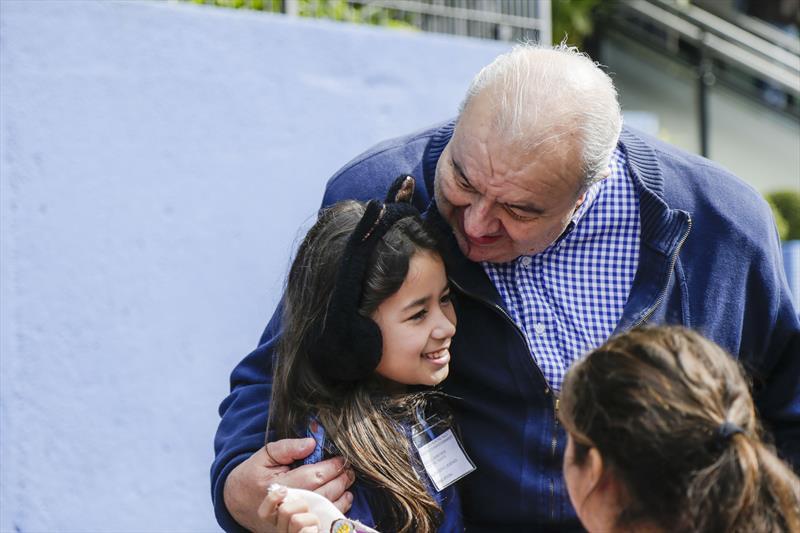 Prefeito Rafael Greca, com alunos da Escola Municipal Paulo Rogerio Guimaraes Esmanhoto, que participaram do programa Gente Arteira da Caixa Cultural. Curitiba, 26/07/2019. Foto: Pedro Ribas/SMCS