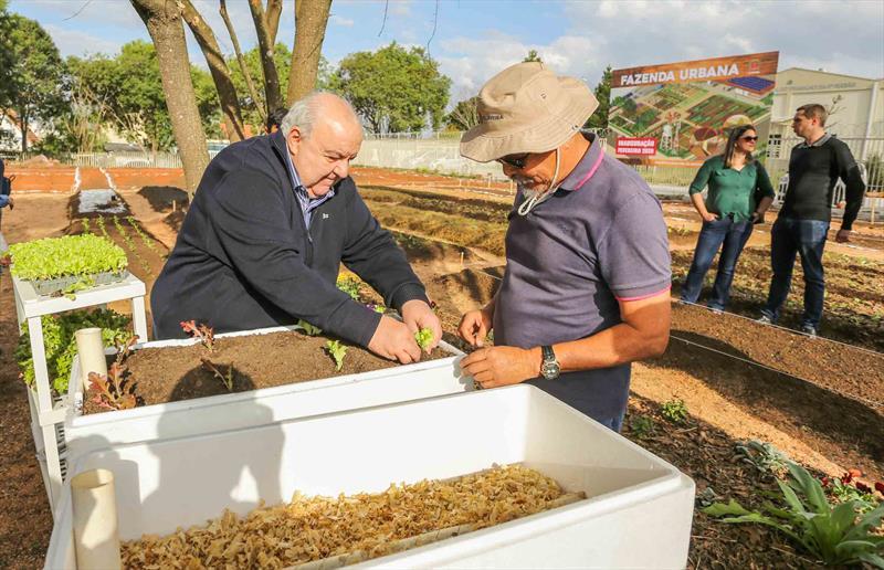 Prefeito Rafael Greca visita o dia de Campo no espaço da Futura Fazenda Urbana localizada na Av. Maurício Fruet ao lado do Mercado Regional do Cajuru - Curitiba, 29/07/2019 - Foto: Daniel Castellano / SMCS