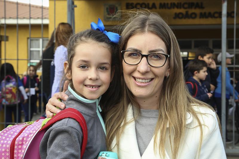 Blitz educativa da SETRAN na escola municipal João Macedo Filho. Na imagem, a mãe Mônica Aquino e filha Ana Beatriz. Curitiba,30/07/2019. Foto: Luiz Costa /SMCS