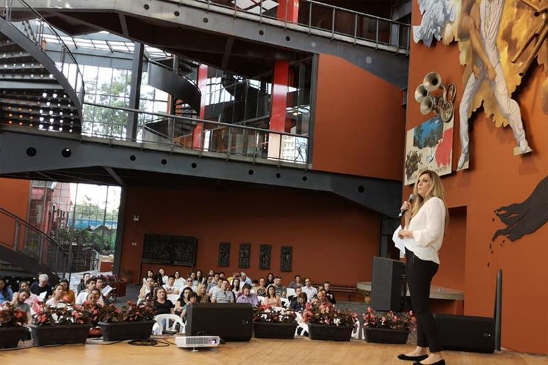Mônica Berlitz, fundadora do Clube da Alice, na aula inaugural das turmas presenciais do programa Bom Negócio, no Memorial. Foto: Divulgação