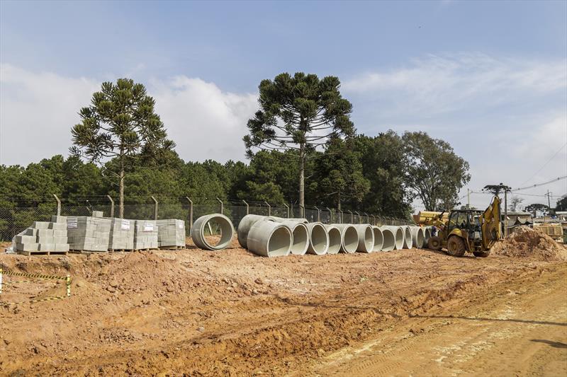 Obras de pavimentação sobre saibro na Estrada Velha do Barigui, na CIC. Curitiba, 13/08/2019. Foto: Pedro Ribas/SMCS