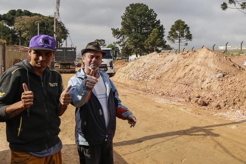 Obras de pavimentação sobre saibro na Estrada Velha do Barigui, na CIC. Valdir Schuchardt e Marcelo Schuchardt, moradores da região. Curitiba, 13/08/2019. Foto: Pedro Ribas/SMCS