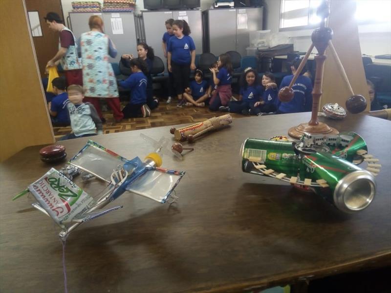 Estudantes criam e se divertem com brinquedos feitos à mão, na Escola Municipal Tanira Regina Schmidt, no Abranches. Foto: Divulgação