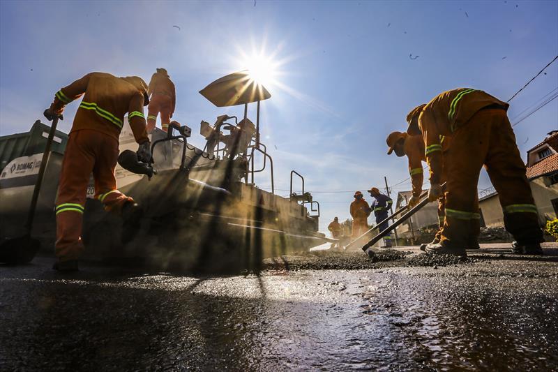 Operarios da Prefeitura trabalham em obras de pavimentação em ruas do bairro Xaxim. Na imagem Rua Pérola - Curitiba, 16/08/2019 - Foto: Daniel Castellano / SMCS