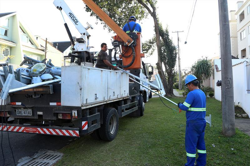 Instalação de nova iluminação de Led, regional Cajuru. Curitiba, 16/08/2019. Foto: Luiz Costa /SMCS.