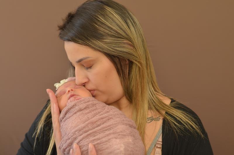 """O projeto Nascer no Parolin usa a fotografia em estilo """"newborn"""" para eternizar memórias e estimular vínculos afetivos e cuidados no primeiro ano de vida dos bebês. Curitiba, 21/08/2019. Foto: Divulgação"""