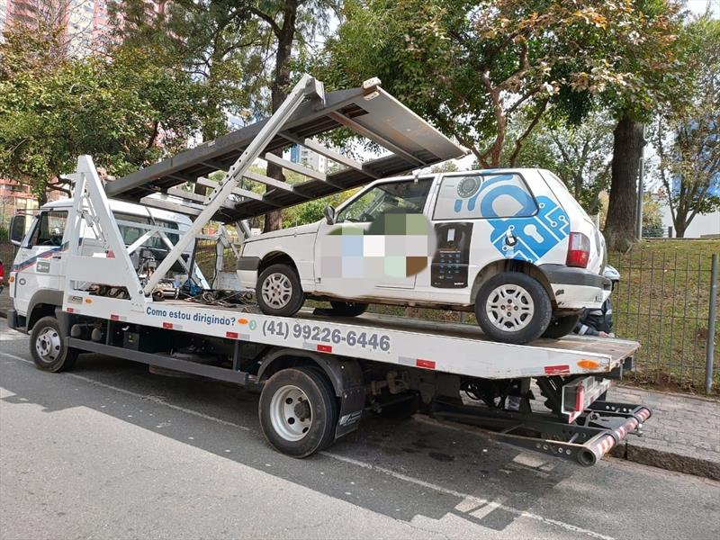 Veículo com R$ 78 mil em débitos é guinchado pela Setran. Foto: Divulgação