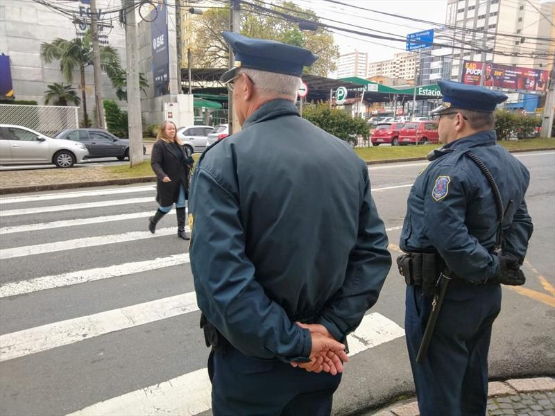 Agentes de trânsito e guardas municipais estão desenvolvendo uma ação de respeito do motorista em cruzamentos não semaforizados com faixas de pedestres.  Curitiba, 02/09/2019. Foto: Divulgação