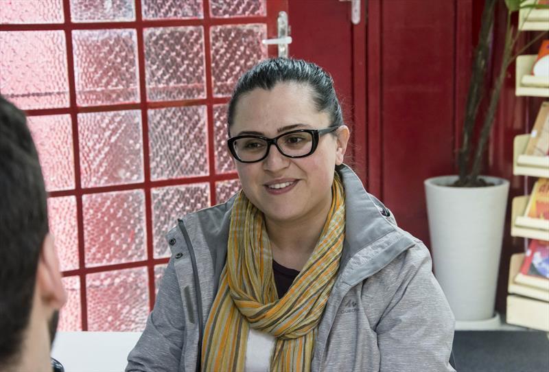 Farol do Saber e Inovação Manuel Bandeira estimula conhecimento e criatividade.   - Na imagem, mãe de aluno, Sheila Leão. Curitiba, 02/09/2019. Foto: Levy Ferreira/SMCS