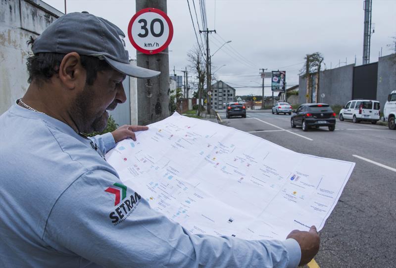 Servidores da sinalização de trânsito. Na imagem, o servidor Valdecyr Alves Duarte, de 54 anos. Curitiba, 04/09/2019. Foto: Levy Ferreira/SMCS
