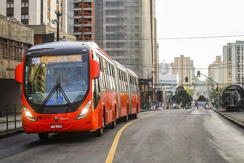 A Câmara Municipal de Curitiba aprovou em primeira votação o projeto de lei que estabelece a cobrança da tarifa diferenciada no transporte coletivo.  Foto: Daniel Castellano / SMCS