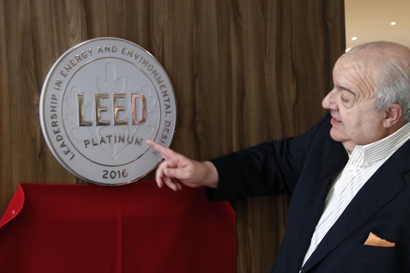 O prefeito Rafael Greca foi até o empreendimento empresarial para descerrar a placa LEED Zero Water no hall do prédio. Curitiba, 10/09/2019.  Foto: Lucilia Guimarães/SMCS