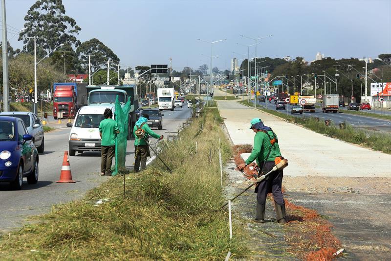 Trabalhos de Pintura de faixa e roçada na linha verde norte. Curitiba, 10/09/2019. Foto: Luiz Costa /SMCS