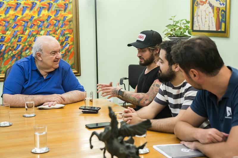 Os sócios-fundadores da Veever já estiveram reunidos com o prefeito Rafael Greca, no início deste ano, apresentando o aplicativo. Foto:Valdecir Galor/SMCS