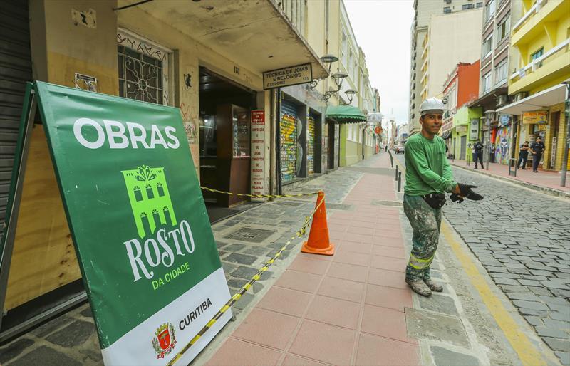 Programa Rosto da Cidade recupera prédios na área central de Curitiba. Na imagem recuperação de imóveis na Rua São Francisco, Centro Histórico - Curitiba, 13/09/2019 - Foto: Daniel Castellano / SMCS