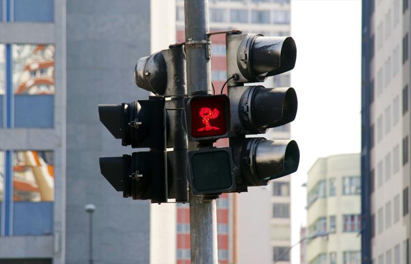 Semáforos para pedestres na região central de Curitiba amanheceram com um visual diferente nesta segunda-feira (16/9).  Curitiba, 16/09/2019.  Foto: Lucilia Guimarães/SMCS