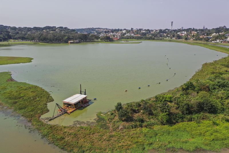 Serviços de dragagem executados pela Secretaria do Meio Ambiente da Prefeitura no lago do Parque Barigui. - Curitiba, 17/09/2019 - Foto: Daniel Castellano / SMCS
