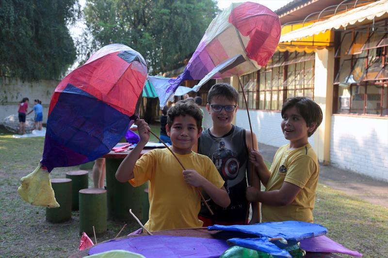 Crianças da Escola Municipal Wenceslau Bráz, no Boqueirão, participam do projeto Encontro de Gigantes - Foto: Cido Marques