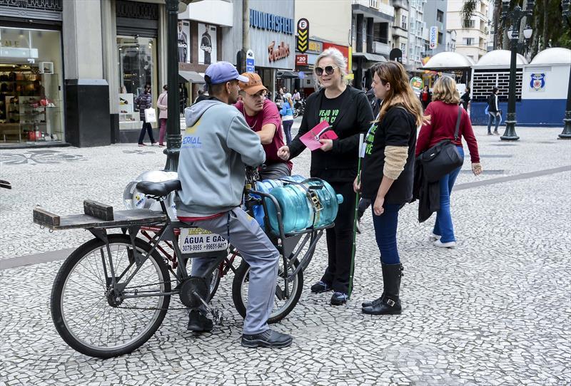 Equipes da Escola Pública de Trânsito (EPTran) fazem orientação para pedestres sobre como auxiliar pessoas com deficiência na Boca Maldita. Curitiba, 24/09/2019. Foto: Levy Ferreira/SMCS